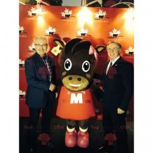 Hnědá kráva maskot v červených šatech - Redbrokoly.com