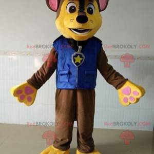 Hnědý a žlutý pes maskot oblečený jako policista -