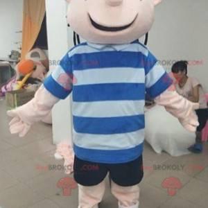 Lächelndes Jungenmaskottchen mit einem gestreiften T-Shirt -