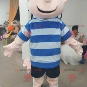 Uśmiechnięty chłopiec maskotka z pasiastą koszulką -