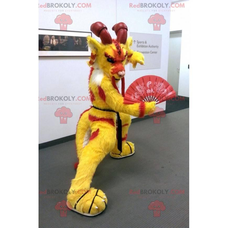 Maskottchen der roten und gelben chinesischen Drachengämseziege