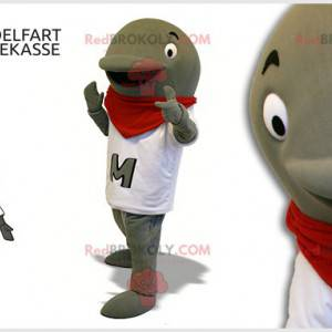 Šedý delfín maskot s bílým tričkem a červeným šátkem -