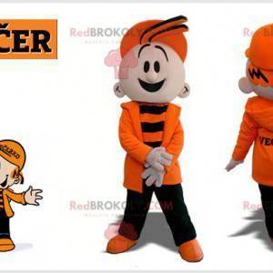 Barnemaskott av en ung gutt kledd i oransje og svart -