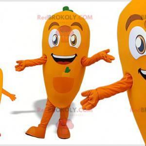 Riesiges und lächelndes orange und grünes Karottenmaskottchen -