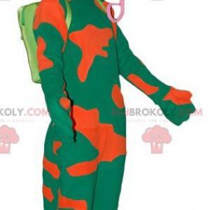 Mascote camaleão verde e laranja com uma língua grande -