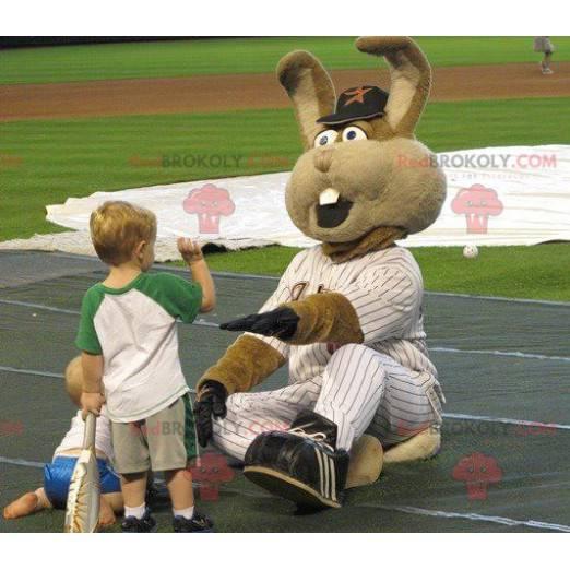 Riesiges braunes Kaninchenmaskottchen im Baseball-Outfit -