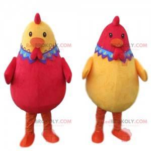 2 maskoter med røde og gule høner, 2 fargede kyllinger -