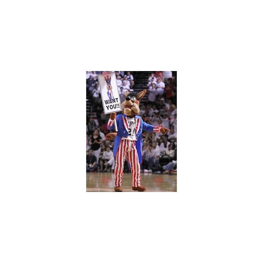 Braunes Hundemaskottchen im amerikanischen Kleid -