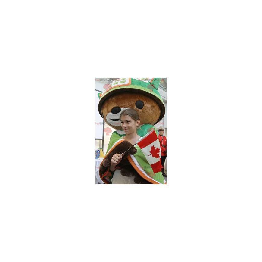 Braunbärenmaskottchen mit Umhang und grünem Helm -