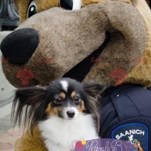Hnědý pes maskot oblečený jako policista - Redbrokoly.com