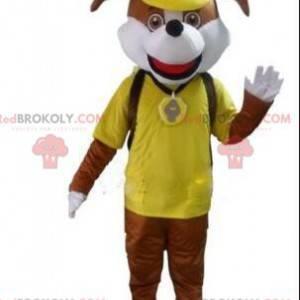 Hnědý psí maskot ve žlutém oblečení, kostým oblečeného psa -