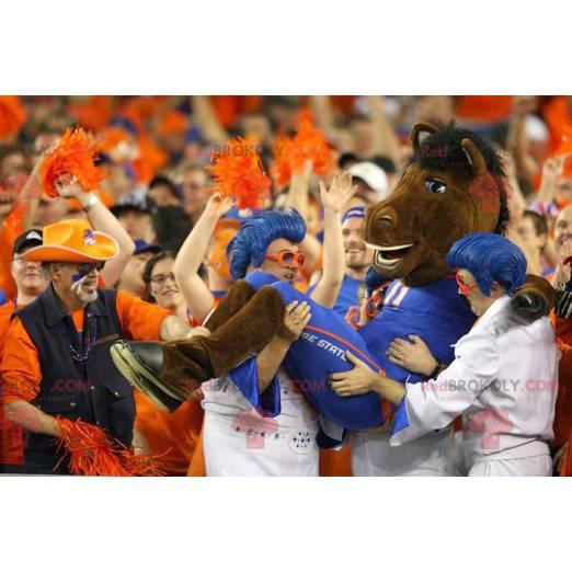 Hnědý kůň maskot v modrém oblečení - Redbrokoly.com
