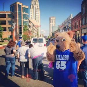 Mascot beige bear with a blue jersey - Redbrokoly.com